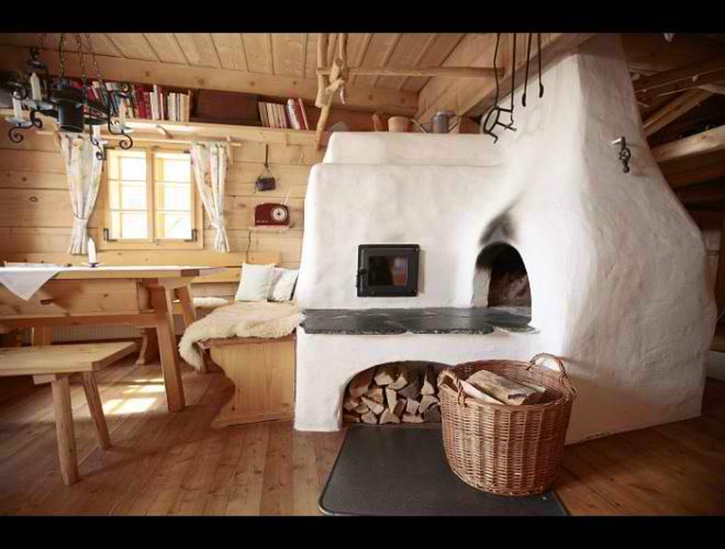Дизайн комнаты с русской печкой фото